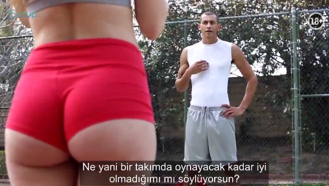 Baskette kaybeden Kız Soyunur ve Basket Sahasında Sikişirler Altyazılı Porno