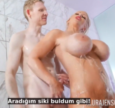 Otel odasını Karıştıran kadın yabancı adamla sikişyor Altyazılı porno