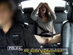 Polis Şüpheli Gördüğü Kadını  Sorguya Çekip Güzel Kadını Sikiyor, Altyazılı Porno