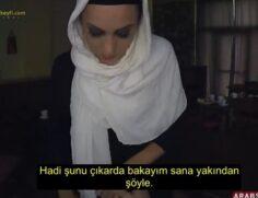 Türbanlı Kadının Karnını Doyurduktan Sonra Sikiyor