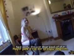 Sahte Polis Orospu Kadının Evini Basıp Sarışın Kadını Serçe Sikip Ağzına Boşalıyor