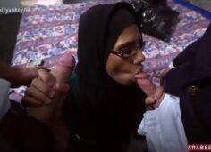 Suriyeli Türbanlı Arab Kadın Oda Kirasını 2 Erkekle Sikişerek Ödüyor
